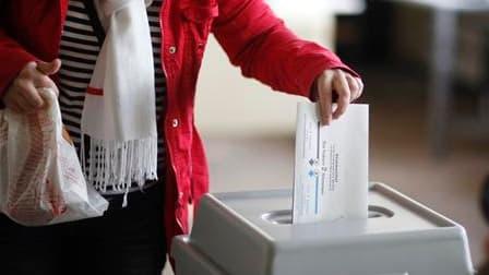 Dans un bureau de vote de Witterschlick, près de Bonn. Selon un sondage réalisé à la sortie des urnes, la coalition de centre droit d'Angela Merkel a perdu dimanche la majorité à l'assemblée régionale du Land de Rhénanie du Nord-Westphalie, ce qui privera