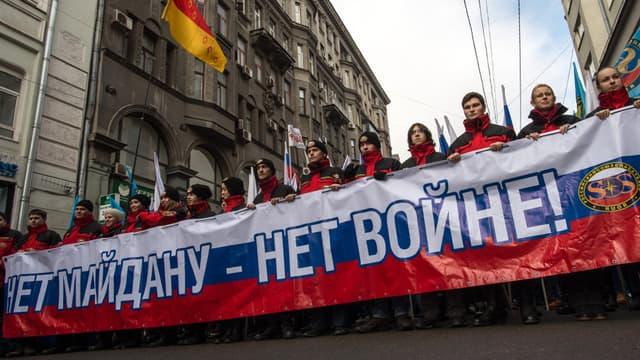 """""""Non au Maïdan, non à la guerre"""", peut-on lire sur la pancarte brandie lors d'une manifestation à Moscou, samedi 21 février 2015."""