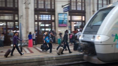 Si les régions financent l'achat des rames de TER ( ici à Bordeaux), c'est la SNCF qui lance l'appel d'offres auprès des constructeurs.