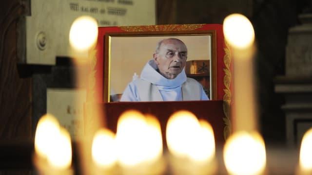 Une photo du père Jacques Hamel dans l'Église Saint-Louis-des-Français de Rome.