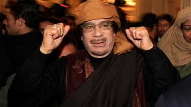 Mouammar Kadhafi à son arrivée dans un hôtel de Tripoli pour y donner des interviews télévisées, en mars. Le numéro un libyen est sorti de son silence vendredi pour narguer l'Otan dans un message audio, affirmant qu'il se trouvait dans un lieu tenu secret