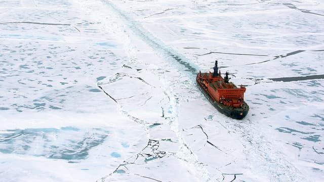 Un navire sur l'océan Arctique