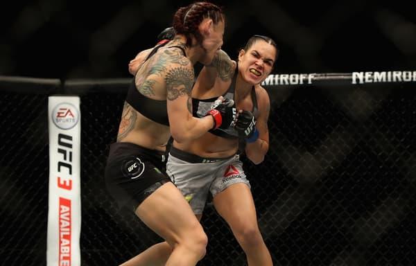Amanda Nunes (de face) lors de son combat contre Cris Cyborg en décembre 2018