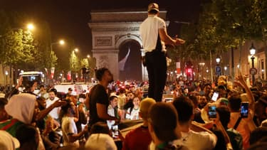 Des supporters de l'équipe d'Algérie sur les Champs-Élysées dimanche soir.