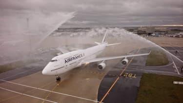 Le dernier Boeing 747 d'Air France salué par les jets d'eau des pompiers à son ultime atterrissage à Roissy.
