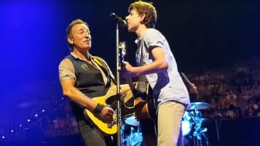 Bruce Springsteen et un fan sur scène lors d'un concert à Brisbane le 17 février 2017