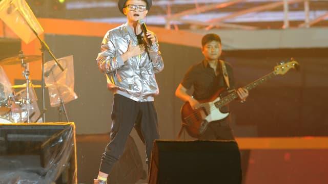 Jack Ma n'hésite pas à se grimer, et à chanter devant ses salariés, ici en rock star pour célébrer les 10 ans d'Alibaba.