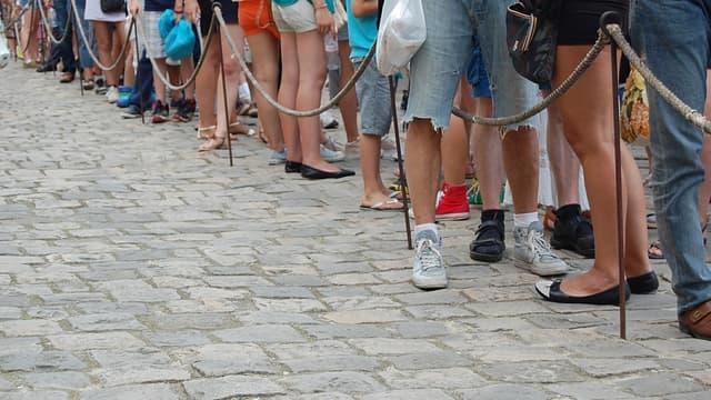 Au lieu de perdre leur temps dans la file d'attente, les touristes peuvent aller faire du shopping, aller au café ou au restaurant pour le plus grand bonheur des commerces alentours.