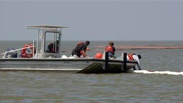 Des milliers d'Américains poursuivent leurs efforts -comme ici en déversant des produits dispersants- pour tenter d'endiguer la marée noire dans le golfe du Mexique dans l'espoir de protéger les côtes. /Photo prise le 5 mai 2010/REUTERS/Daniel Beltra/Gree
