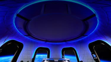 La capsule qui se trouve au sommet de la fusée New Shepard de Blue Origin peut accueillir jusqu'à 6 personnes et possède de grands hublots.