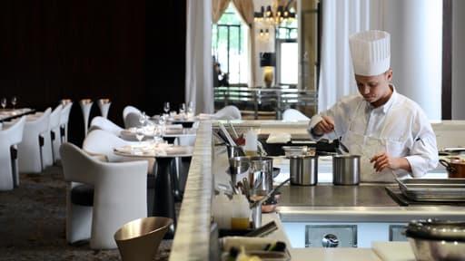 """Un cuisinier au restaurant """"La Scène"""" à Paris le 22 mai 2013."""