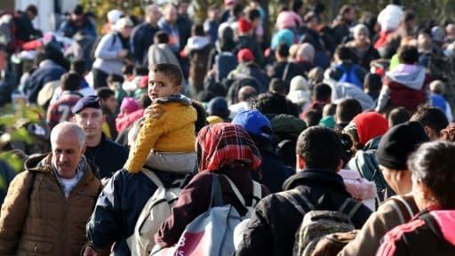 Des migrants et réfugiés attendent à la frontière entre la Croatie et la Slovénie, le 25 octobre 2015 à Kljuc Brdovecki, en Croatie