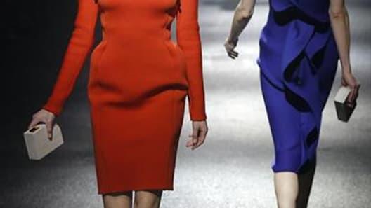 Lanvin, qui fête les dix années de maison de son styliste Alber Elbaz, a livré vendredi une collection hivernale portant très haut le chic et l'élégance de la maison, avec notamment des robes color-bloc ornées d'immenses cols corolles, de fausses basques