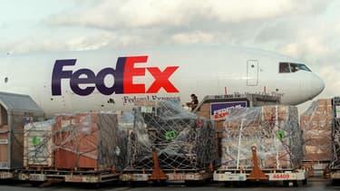 Un avion FedEx en cours de chargement à l'aéroport de Roissy