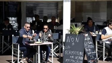 Une terrasse d'un bar marseillais