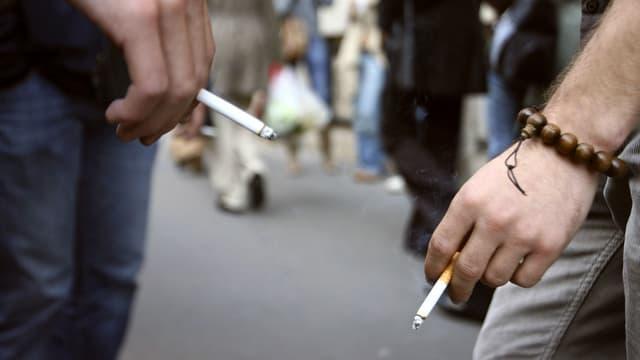 Jeunes en train de fumer. (illustration)