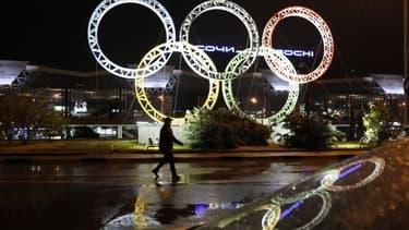 Le symbole des Jeux Olympiques devant l'aéroport de Sotchi, Russie, la ville hôte de la compétition.