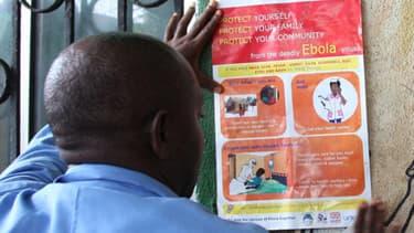 Au Liberia dans un centre de santé publique, on appose des affiches pour informer le public, ici le 31 juillet 2014