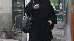 Le gouvernement français a diffusé un mode d'emploi pour l'interdiction du voile intégral musulman, stipulant qu'elle ne s'appliquerait pas près des mosquées et que les policiers ne pourront arracher le vêtement. /Photo prise le 2 avril 2010/REUTERS/Régis