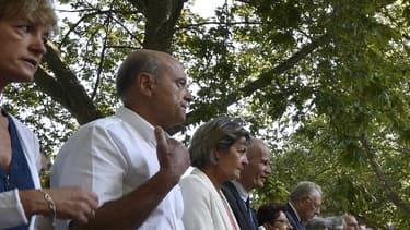 Le maire de Bordeaux Alain Juppé et son épouse Isabelle Juppé (à gauche) assistent à la messe de l'Assomption présidée par le cardinal et archevêque de Lyon Philippe Barbarin, à Lourdes, le 15 août 2016.