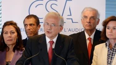 Olivier Schrameck (au centre), le président du CSA.