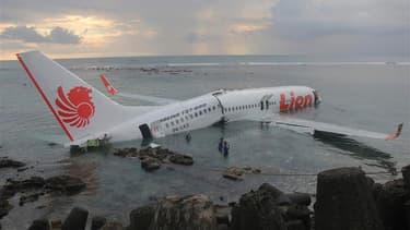 Les 108 passagers et membres d'équipage d'un Boeing 737 de Lion Air sont sortis miraculeusement indemnes d'un atterrissage raté samedi sur l'île de Bali. L'avion a fini sa course dans la mer après avoir manqué la piste d'atterrissage. /Photo prise le 13 a