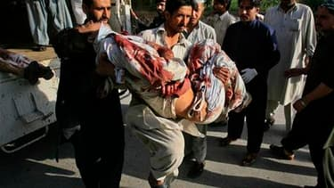 Un kamikaze circulant à moto a fait exploser une bombe contre une académie paramilitaire tuant au moins 69 personnes à Charsadda, dans le nord-ouest du Pakistan vendredi. L'attentat a été revendiqué par les taliban pakistanais. /Photo prise le 13 mai 2011
