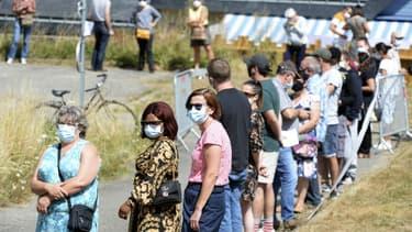 Plusieurs personnes attendant de passer un test PCR à Laval (Mayenne) le 17 juillet 2020.