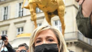 La présidente du Rassemblement National (RN), Marine Le Pen, au pied de la statue de Jeanne d'Arc à Paris, le 1er mai 2021