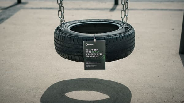 Une balançoire pour sensibiliser à l'usure des pneus.