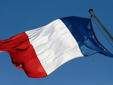 Le drapeau français flottant (illustration)
