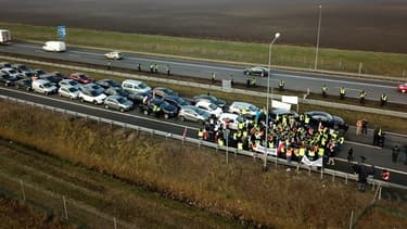Dans l'après-midi, les agriculteurs ont interrompu leur mouvement et débloqué l'autoroute, après des discussions avec la police.