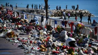 Des fleurs déposées en hommage aux victimes de l'attentat de Nice sur la promenade des Anglais (photo d'illustration)