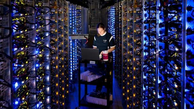 Google dispose d'une infrastructure informatique mondiale gigantesque formée de vastes datacenters dispersés sur trois continents : Amérique, Europe et Asie.