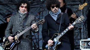 Les guitaristes Norbert Krief et Yarol Poupaud, face à l'église de la Madeleine durant leur hommage à Johnny Hallyday du samedi 9 décembre