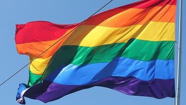 Le drapeau arc-en-ciel symbole de la communauté lesbienne, gaie, bisexuelle et transsexuelle