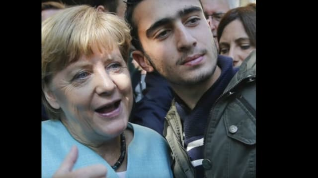 Un photographe a pris en photo le selfie en cours entre Anas Modamani et Angela Merkel.