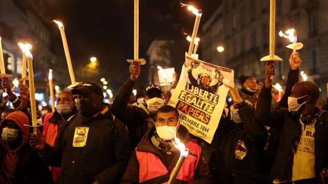 Plus d'un millier de sans-papiers ont manifesté ce vendredi à Paris.