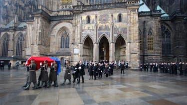 """Le cercueil de Vaclav Havel à l'extérieur de la cathédrale de Prague. Des dirigeants du monde entier ont rendu un dernier hommage vendredi à l'ancien président et dramaturge tchèque Vaclav Havel, artisan de la """"révolution de velours"""" qui scella la fin du"""