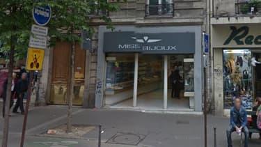 La bijouterie située au 12, boulevard Barbès à Paris a été braquée par trois hommes lourdement armés, samedi.