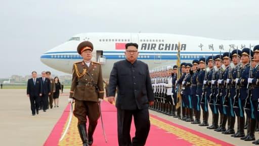 Photo fournie le 13 juin 2018 par l'agence nord-coréenne Kcna du leader nord-coréen Kim Jong Un à son arrivée à l'aéroport de Pyongyang après le sommet avec le président américain Donald Trump à Singapour