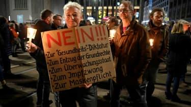 Des manifestants anti-restrictions pour endiguer la nouvelle vague de Covid-19 à Leipzig, Allemagne, le 7 novembre 2020