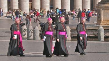 Un groupe de cardinaux sur la place Saint-Pierre de Rome.