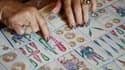Une femme examinant un jeu de tarot à Cabo San Lucas, au Mexique, le 16 juin 2012 (photo d'illustration).