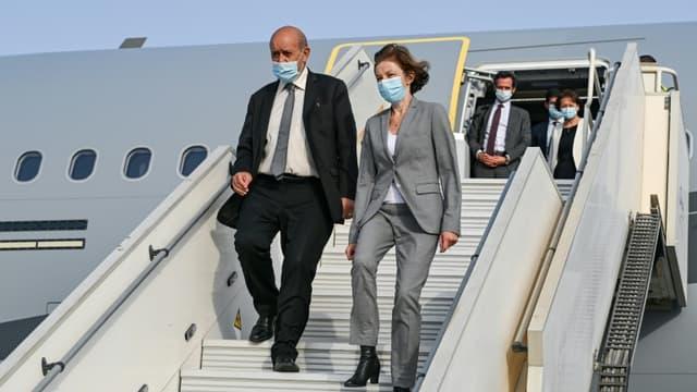 Le chef de la diplomatie française Jean-Yves Le Drian (G) la ministre des Armées Florence Parly arrivent à la base 104 d'Al Dhafra, près d'Abou Dhabi le 23 août 2021