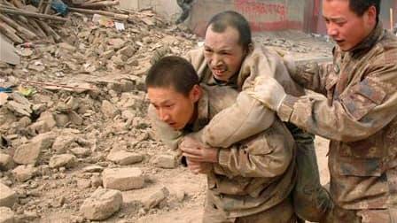 Evacuation d'un blessé mercredi à Yushu, dans le sud-ouest de la Chine, après un séisme de magnitude 6,9 qui a fait au moins 617 morts et plus de 10.000 blessés, selon le dernier bilan communiqué par l'agence Chine nouvelle. Des convois chinois acheminant