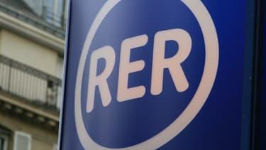 Un panneau de signalisation indiquant l'entrée d'une bouche de RER