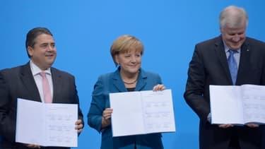 Sigmar Gabriel, Angela Merkel, et Horst Seehofer lors de la signature du contrat de la grande coalition, lundi 16 décembre.