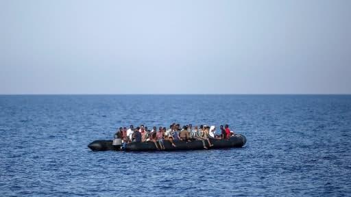 Des migrants attendent d'être secourus le 6 août 2017