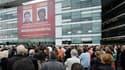 Devant le siège de France Télévisions, où une affiche géante des journalistes de France 3 Hervé Ghesquière et Stéphane Taponnier a été mise en place mercredi. Entre 200 et 300 personnes se sont réunies pour marquer les neuf mois de détention en Afghanista